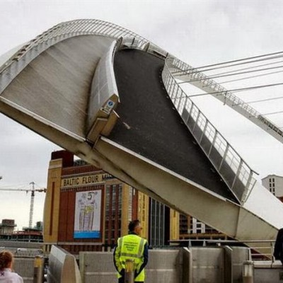 Gateshead Millennium Bridge, UK-3